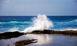 在盐岩石的波浪 图库摄影