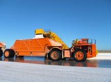 在盐工厂的卡车 免版税库存照片
