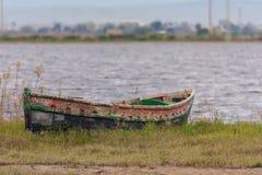 在盐水湖的岸搁浅的小船在Albufera,巴伦西亚,西班牙自然公园  免版税图库摄影
