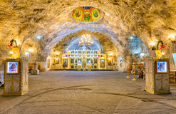 在盐矿里面的东正教在Targu Ocna 库存照片