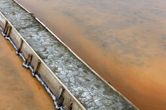 在盐舱内甲板池的堤坝用盐水装载了 免版税库存照片
