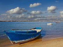 在盐水湖的小船,多云天空 免版税图库摄影