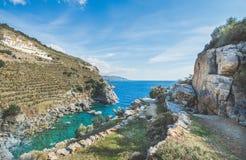 在盐水湖的风景看法有绿松石海水和岩石的 免版税库存照片