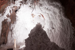 在盐洞的白色自然咸钟乳石 库存图片