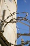 在监狱之外的barbwire 免版税库存照片