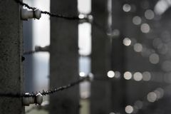 在监狱附近的有刺的混凝土 免版税图库摄影