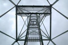 在监视塔下的异常的向上看法在Granberget在Vaermland,瑞典 免版税库存照片