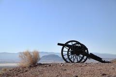 在监视山的领域的老南北战争大炮在白棉布鬼城 库存图片