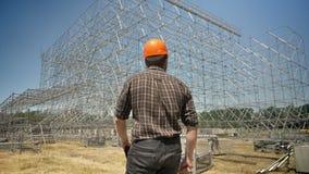 在盔甲的建造者走往秸杆领域的金属设施的,确信建筑师去 影视素材