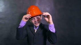 在盔甲的男孩恼怒的建筑师少年建造者发誓叫喊不满意的错误慢动作 股票录像