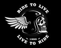 在盔甲的骑自行车的人头骨与在黑暗的背景的翼 免版税库存照片