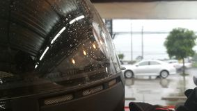 在盔甲盾的雨珠 库存照片