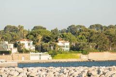 在盖帽d'安地比斯,普罗旺斯,彻特d'Azur,从港Gallice堤堰看见的法国的别墅在胡安les别针 免版税库存照片