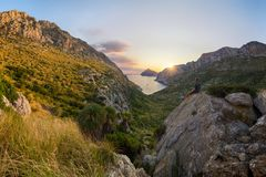 在盖帽de福门特拉岛和卡拉市BÃ在波连斯萨,马略卡,西班牙附近的³的难以置信的日出quer 库存图片