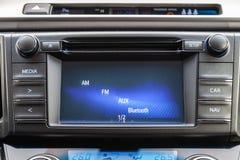 在盘区的中央控制控制台在与气候控制和音象系统的汽车特写镜头和CD的一个孔里面和 免版税库存图片