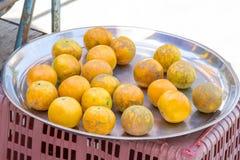 在盘子不锈钢的桔子在街道食物 库存照片