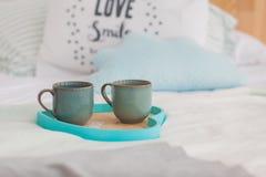在盘子白色床,早餐概念上的两个杯子 库存图片