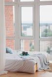 在盘子白色床,早餐概念上的两个杯子 库存照片