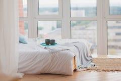 在盘子白色床,早餐概念上的两个杯子 图库摄影