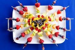 在盘子的五颜六色的健康果子kebabs 免版税图库摄影