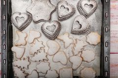 在盘子的从上面新近地被烘烤的传统新年曲奇饼 免版税图库摄影