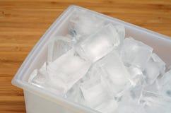在盘子的冰块 免版税图库摄影