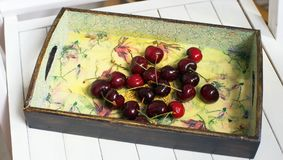 在盘子的几棵樱桃 库存照片