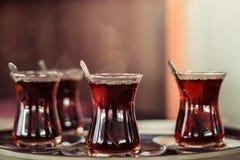在盘子的土耳其茶 图库摄影