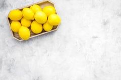 在盘子的成熟柠檬果子在灰色背景顶视图拷贝空间 免版税库存照片