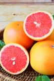 在盘子的成熟葡萄柚 库存图片