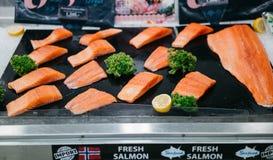 在盘子的新鲜的三文鱼 免版税图库摄影
