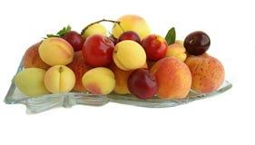 在盘子的果子在白色 库存照片
