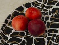 在盘子的桃子 库存图片