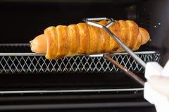 从烤箱的求立方的面包香肠 免版税库存照片