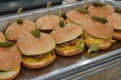 在盘子的汉堡包开胃菜事件或党自助餐的 库存图片