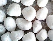 在盘子的白色闪烁的石头 免版税库存照片