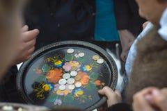 在盘子的硬币 免版税库存图片