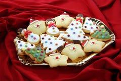在盘子的装饰的圣诞节曲奇饼 免版税库存图片