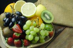 在盘子篮子混合的果子品种  库存照片