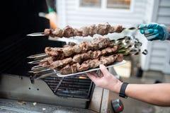 在盘子被安置的煮熟的烤肉串 免版税库存照片