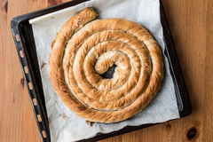 在盘子/希腊乳酪饼的圆的Borek 库存图片