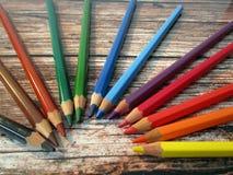 在盘旋的木桌上的五颜六色的铅笔 库存图片