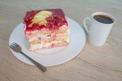 在盘的一个片断蛋糕用在松弛时光的无核小葡萄干 蛋糕用红浆果 库存照片