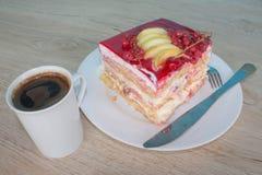 在盘的一个片断蛋糕用在松弛时光的无核小葡萄干 蛋糕用红浆果 免版税图库摄影
