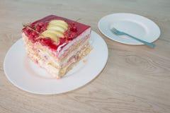 在盘的一个片断蛋糕用在松弛时光的无核小葡萄干 蛋糕用红浆果 图库摄影