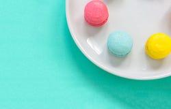 在盘的五颜六色的Macarons 库存照片