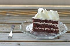 在盘的巧克力蛋糕 免版税库存照片
