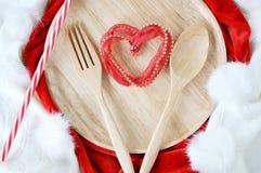 在盘的心脏形状 免版税库存图片