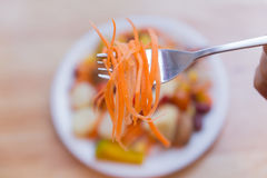 在盘的新鲜水果沙拉在木桌上 库存照片