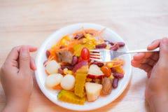 在盘的新鲜水果沙拉在木桌上 库存图片